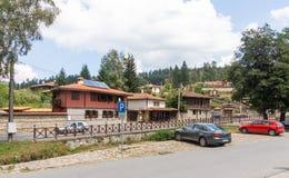 Parqueando en el centro de Koprivshtitsa, Bulgaria Foto de archivo libre de regalías