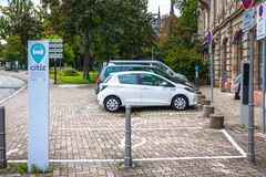 Parqueando para las compañías de coches eléctricos Citiz en Estrasburgo, Alsacia Fotografía de archivo