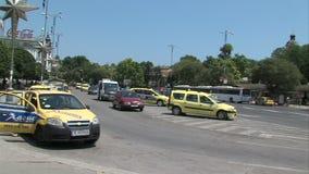 Parqueando un taxi en el centro de Varna, Bulgaria Imagen de archivo libre de regalías