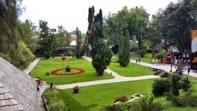 Parquee al lado de castillo medieval del salvado en Brasov, Rumania Foto de archivo