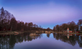 Parquee cerca del agua en la isla Finlandia de Aland de la puesta del sol Imágenes de archivo libres de regalías