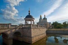 Parquee con la charca, el puente y un cenador cerca de iglesias viejas de la creencia i fotos de archivo libres de regalías