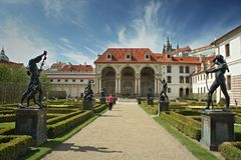 Parquee con las estatuas en el jardín de Waldstein, strana de Mala, Praga - senado fotos de archivo