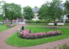 Parquee en el día lluvioso en el cuarto histórico de Naantali, Finlandia fotografía de archivo libre de regalías
