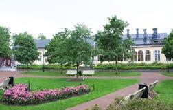 Parquee en el día lluvioso en el cuarto histórico de Naantali, Finlandia Foto de archivo