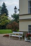 Parquee en la casa vieja con un banco Fotografía de archivo