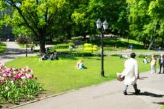 Parquee en la ciudad de Riga en un día de primavera soleado blurry fotos de archivo