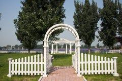 Parquee la arquitectura de paisaje, puerta blanca del arco, cerca foto de archivo