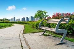 Parques da rua e construções modernas foto de stock royalty free