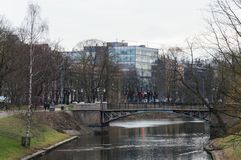 Parques de Bastejkalna cerca del monumento de la libertad en Riga foto de archivo