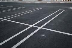 Parques de estacionamento vazios durante o por do sol dourado da hora em um centro de compra t?pico popular fotos de stock royalty free