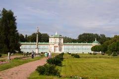Parques de Moscú Estado noble Kuskovo Parque con las estatuas y el invernadero tropical Fotografía de archivo