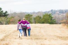 Parques de naturaleza de las hijas de la madre que caminan Imágenes de archivo libres de regalías