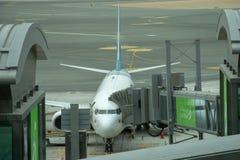 Parques do avião de Oman Air no aeroporto internacional de Muscat imagens de stock