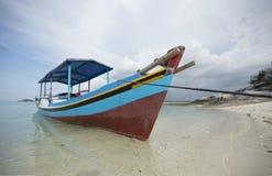 Parques do barco de pesca em Indonésia, praia Fotografia de Stock Royalty Free