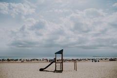 Parques espectaculares para los niños en la playa imagen de archivo