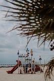 Parques espectaculares para los niños en la playa fotos de archivo
