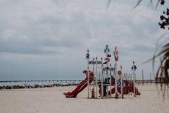 Parques espectaculares para los niños en la playa imagenes de archivo