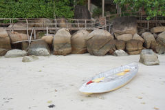 Parques grises de la canoa en la playa fotografía de archivo libre de regalías
