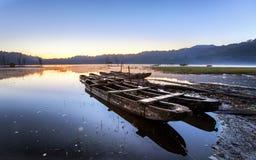 Parques velhos do barco de pesca em um lago em Bali Indonésia imagens de stock