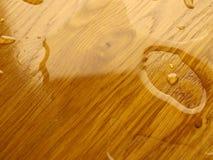 parquet Wassertropfen auf hölzerner Oberfläche lizenzfreie stockbilder