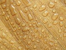parquet Wassertropfen auf hölzerner Oberfläche lizenzfreies stockbild