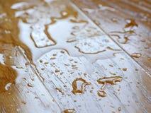 parquet Wassertropfen auf hölzerner Oberfläche lizenzfreie stockfotografie