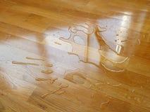 parquet Wassertropfen auf hölzerner Oberfläche stockbild