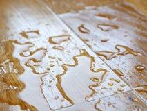 parquet Wassertropfen auf hölzerner Oberfläche stockbilder