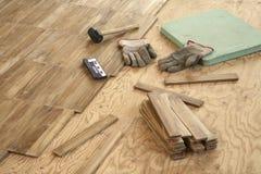 parqueter étendant le bois Image libre de droits