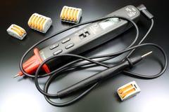 Parquez le type multimètre numérique avec des terminaux pour relier les fils électriques photographie stock libre de droits