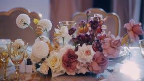 Parralax射击了在婚礼宴会桌上的植物的美好的构成 影视素材