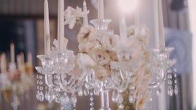Parralax και κλίση κάτω από τον πυροβολισμό των κεντρικών τεμαχίων κηροπηγίων decoradet με τα λουλούδια απόθεμα βίντεο
