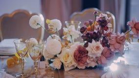 Parralax ha sparato della tavola di banchetto beautifuly decorata della festa nuziale archivi video