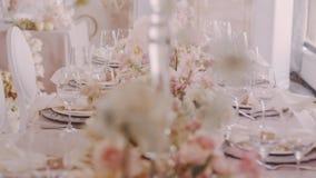 Parralaxschot van prachtig gediende huwelijkslijst met bloemen en candelabras stock video