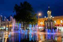 PARRAMATTA NSW, AUSTRALIEN - färgrik vattenspringbrunn och historiskt klockatorn på stadskärnan Fotografering för Bildbyråer