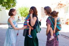 Parrenting Konzept des Zubehörs Schwangere Dame, die ihre Freunde trifft lizenzfreie stockbilder