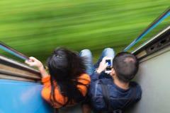 Parresande med drevet Rörelse blured bild som skapar intrycket av rörelse och hastighet Royaltyfri Foto