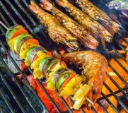 Parrilla asada a la parrilla de la barbacoa de los camarones que cocina los mariscos Imagen de archivo libre de regalías