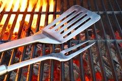 Parrilla caliente del carbón de leña con las herramientas del Bbq Imagenes de archivo