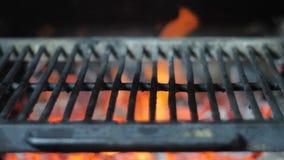 Parrilla caliente vacía del arrabio con humo del carbón que brilla intensamente y del josper almacen de video