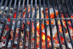 Parrilla caliente y carbón de leña ardiente Foto de archivo