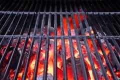 Parrilla caliente y carbón de leña que brilla intensamente Fotografía de archivo libre de regalías