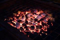 Parrilla candente al aire libre con el carbón de leña listo para el Bbq en la noche Foto de archivo