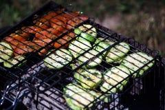 Parrilla con las verduras asadas: calabacín y tomates Cena del verano imagenes de archivo