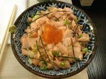 Parrilla de color salmón en el arroz japonés, comida japonesa, Japón de Ikura Imagenes de archivo