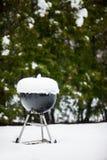 Parrilla de la barbacoa cubierta con nieve Imágenes de archivo libres de regalías