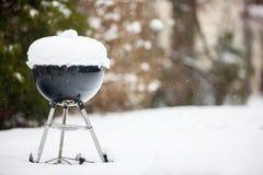 Parrilla de la barbacoa cubierta con nieve Imagen de archivo libre de regalías