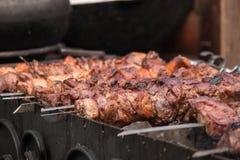 Parrilla de la barbacoa, kebab de la carne en los pinchos Imagen de archivo
