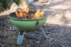 Parrilla de la caldera del Bbq con carbón de leña caliente que brilla intensamente en el hoyo Fotos de archivo